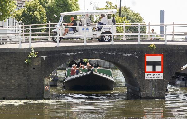 Aankomst te Delft, krappe passage onder de Kapelbrug.