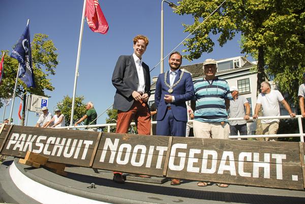 Onze secretaris Geert Huizing (met pet) met loco-burgemeester Bas Vollebregt (midden) en gedeputeerde Floor Vermeulen (links).